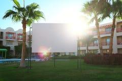 Fusée de Sun derrière un panneau d'affichage urbain vide Images stock