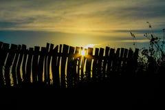 Fusée de Sun et silhouette de barrière Photographie stock