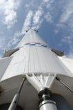 Fusée de transport spatial sur un fond des nuages Images libres de droits