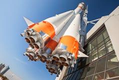 Fusée russe de transport spatial avec des moteurs-fusées Photo stock