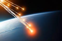 Fusées brûlantes en baisse de plusieurs météorites des asteroïdes dans l'atmosphère du ` s de la terre Éléments de cette image me Images libres de droits