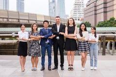 Fusões e aquisição, grupo bem sucedido de povos da diversidade do negócio, realização do sucesso da equipe para juntar-se junto à fotografia de stock
