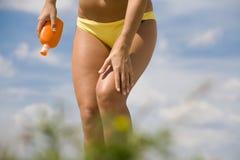 Fuselage bronzé de femme dans le bikini Image stock