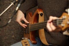 Fuselage de joueur de guitare. pratique Photographie stock