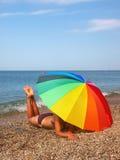 Fuselage de parapluie et de femme de plage d'arc-en-ciel photographie stock libre de droits