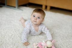 Fuselage porteur de petit bébé drôle et étude pour ramper Images stock