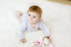 Fuselage porteur de petit bébé drôle et étude pour ramper Photos stock