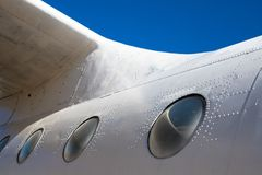 Fuselagecabine Een deel van de vliegtuigen Het lichaam van de vliegtuigen tegen de blauwe hemel royalty-vrije stock afbeeldingen