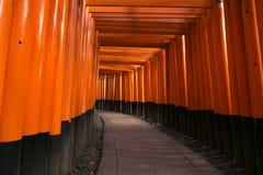 Fushimi Inari寺庙在金黄小时 库存照片