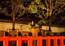 Fushimi Inari寺庙,京都日本监护人狐狸  库存照片