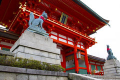 Fushimi inari寺庙,狐狸雕塑 免版税库存图片