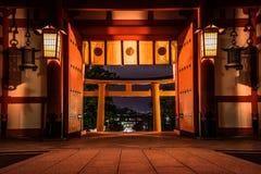 Fushimi Inari se encendió para arriba en la noche foto de archivo
