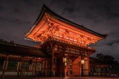 Fushimi Inari si è acceso alla notte fotografia stock