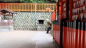 Fushimi Inari Taisha ä ¼  è¦ ‹ç¨ ² è 的老妇人·å¤§ç¤ ¾ 库存图片