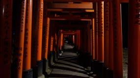 Fushimi Inari-taisha, Torii-Tore bis zum Nacht Stockfotos