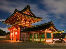 Fushimi inarirelikskrin på natten, Kyoto Japan fotografering för bildbyråer