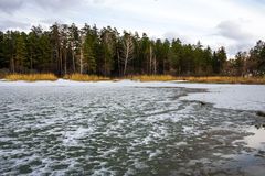 Fusión de la primavera del hielo en el río Obi Imagenes de archivo