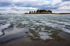 Fusión de la primavera del hielo en el río Obi Foto de archivo libre de regalías
