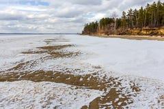 Fusión de la primavera del hielo en el río Obi Foto de archivo