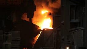 Fusión del metal en una planta siderúrgica Fábrica para la fabricación de tubos del metal almacen de video