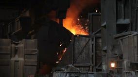 Fusión del metal en una planta siderúrgica Fábrica para la fabricación de tubos del metal metrajes