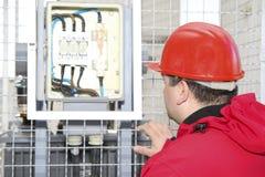 Fusibile ad alta tensione di controllo dell'elettricista in centrale elettrica Immagine Stock Libera da Diritti