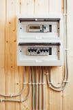 Fusibles automáticos en caja de distribución de la electricidad dentro de la casa de madera Foto de archivo libre de regalías