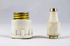 Fusibles eléctricos de cerámica viejos en el fondo blanco Imagen de archivo libre de regalías