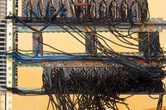 Fusibles y cables viejos en el panel de control  Foto de archivo