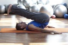 Fusie van mening en lichaam - mens die pilates praktizeert Royalty-vrije Stock Foto