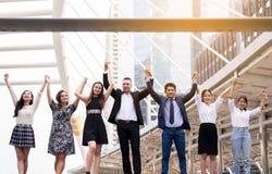 Fusies en aanwinst, Succesvolle groep bedrijfsmensen, omhoog opgeheven de voltooiingshand van het Teamsucces royalty-vrije stock afbeelding