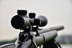 Fusil avec une port?e et un bipod images stock