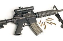 Fusil d'assaut avec la portée et remboursements in fine sur le blanc Image stock