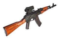Fusil d'assaut de la kalachnikov AK avec l'appareil optique de visée photographie stock libre de droits