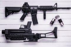 Fusil d'assaut, lance-grenades et étui vide, principal vi Photographie stock