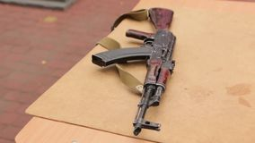 Fusil d'assaut sur la table clips vidéos