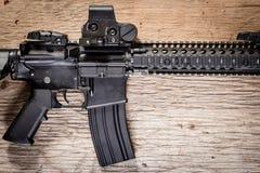 Fusil d'assaut sur une table en bois Photographie stock