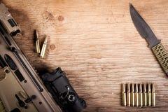 Fusil d'assaut, une carte sur la table Image libre de droits