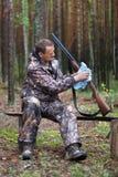 Fusil de chasse de nettoyage de chasseur dans le camp de forêt photos stock