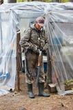 Fusil de chasse de remplissage de chasseur dans le camp de chasse Photographie stock