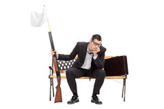 Fusil de participation d'homme d'affaires avec le drapeau blanc là-dessus Photo stock