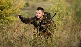 Fusil de prise de chasseur La chasse est passe-temps masculin brutal Chassant et emprisonnant des saisons Chasseur s?rieux barbu  photographie stock libre de droits