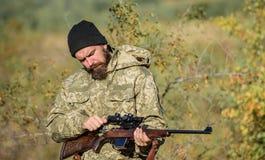 Fusil de prise de chasseur Viser des qualifications Chasse de l'autorisation Chasseur barbu dépenser la chasse de loisirs Chasse  image libre de droits