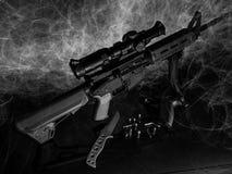 Fusil sportif, un pistolet, un couteau tactique et quelques munitions faits en noir et blanc photos libres de droits