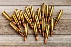 Fusillez les pleines balles de veste en métal sur le fond en bois avec l'espace de copie Image libre de droits