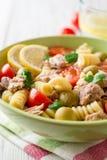 Fusilli与金枪鱼、蕃茄、橄榄和荷兰芹的意大利面制色拉在白色木背景 库存照片