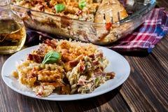 fusilli面团砂锅、香肠和夏南瓜的部分 库存图片