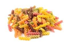 fusilli еды флейворов предпосылки белизна макаронных изделия цветастого итальянская Стоковые Изображения RF