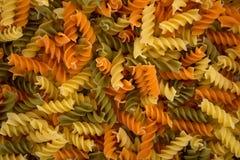 fusilli еды флейворов предпосылки белизна макаронных изделия цветастого итальянская Стоковое Изображение RF
