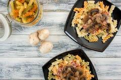 fusilli еды флейворов предпосылки белизна макаронных изделия цветастого итальянская Стоковое фото RF